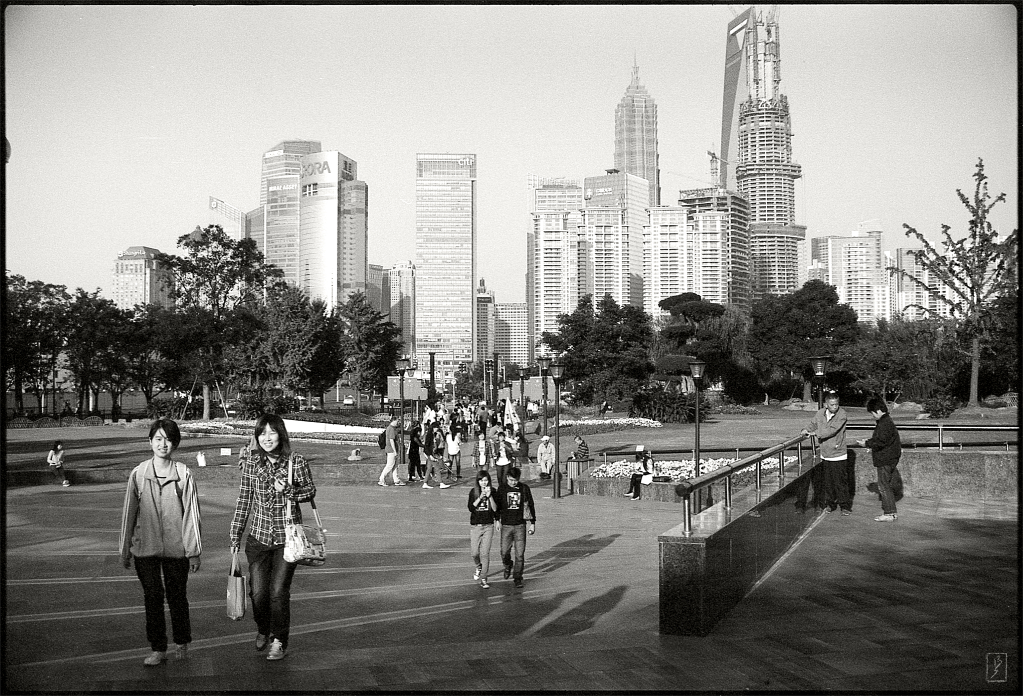 Gucheng park borrows the skyline of Pudong as scenery, but it's not possible to walk there from the park. The wide Huangpu river is between the two.