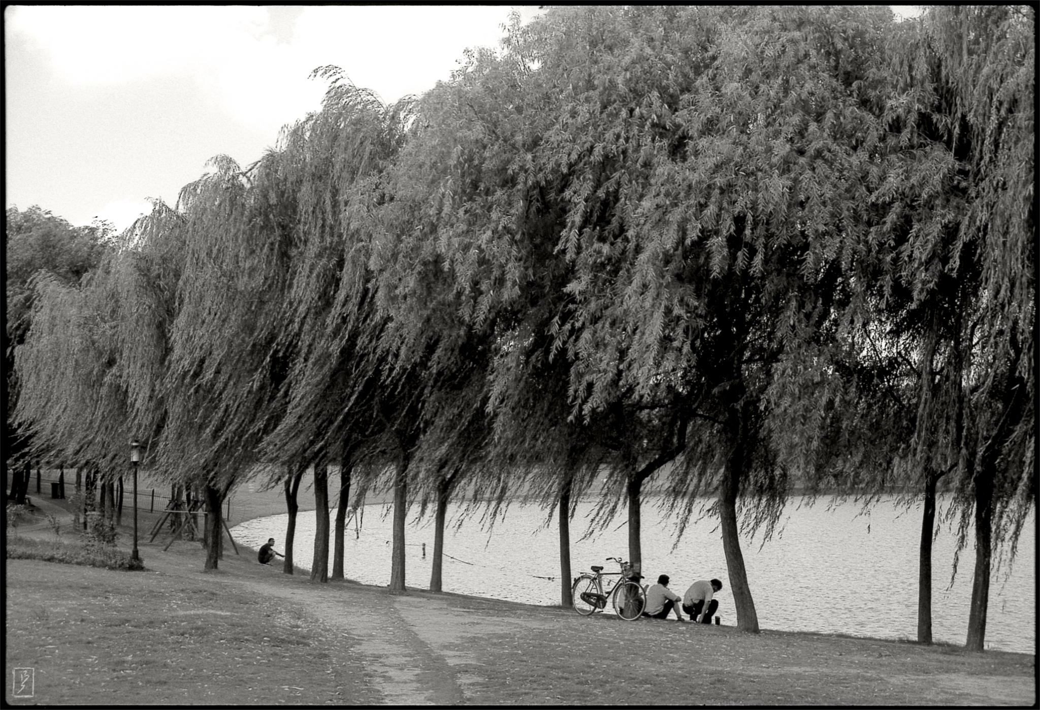 Huangxing park (黄兴公园): Having a break under the trees near the lake.