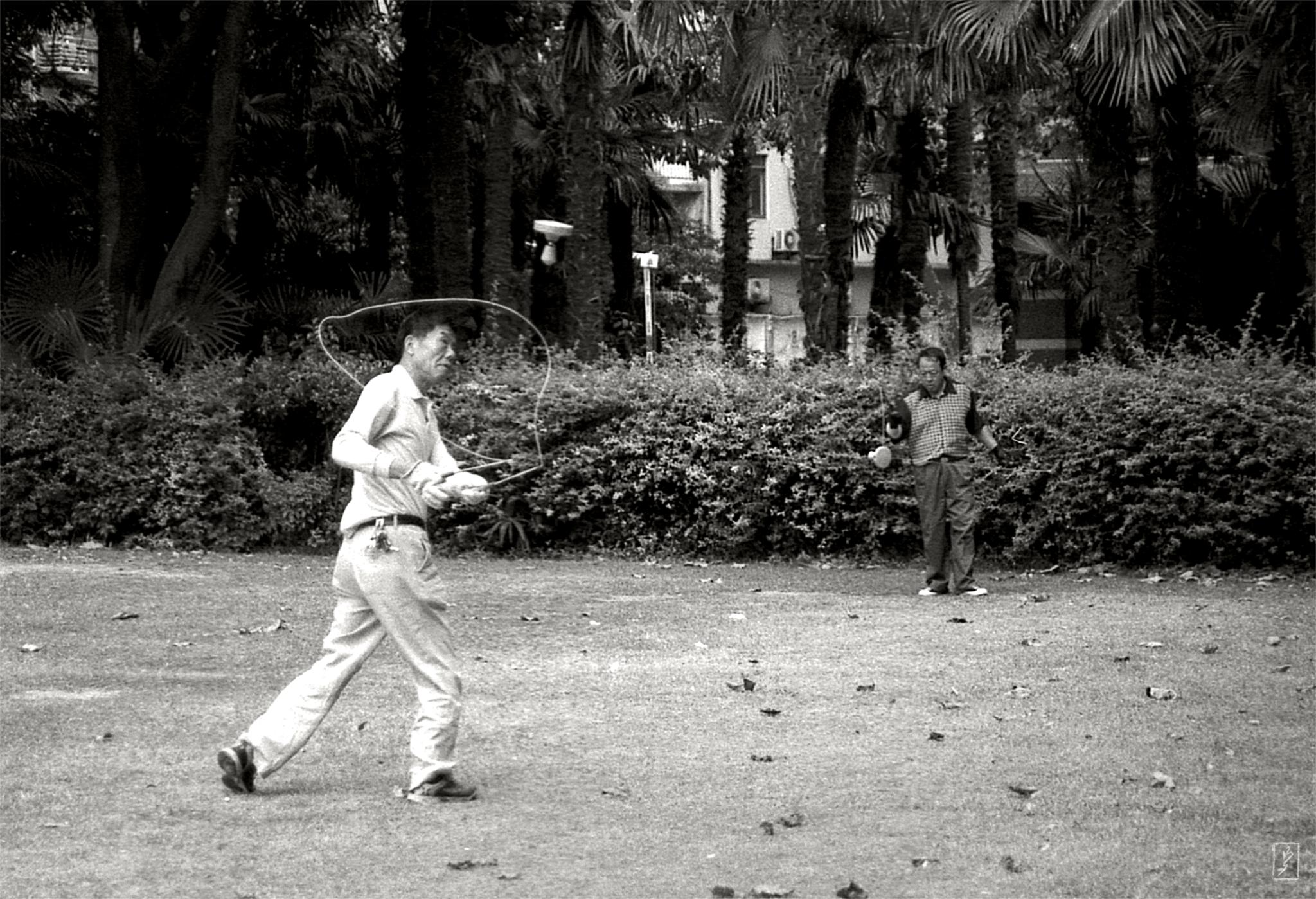 Fuxing park (复兴公园): Kongzhu - chinese Diabolo.