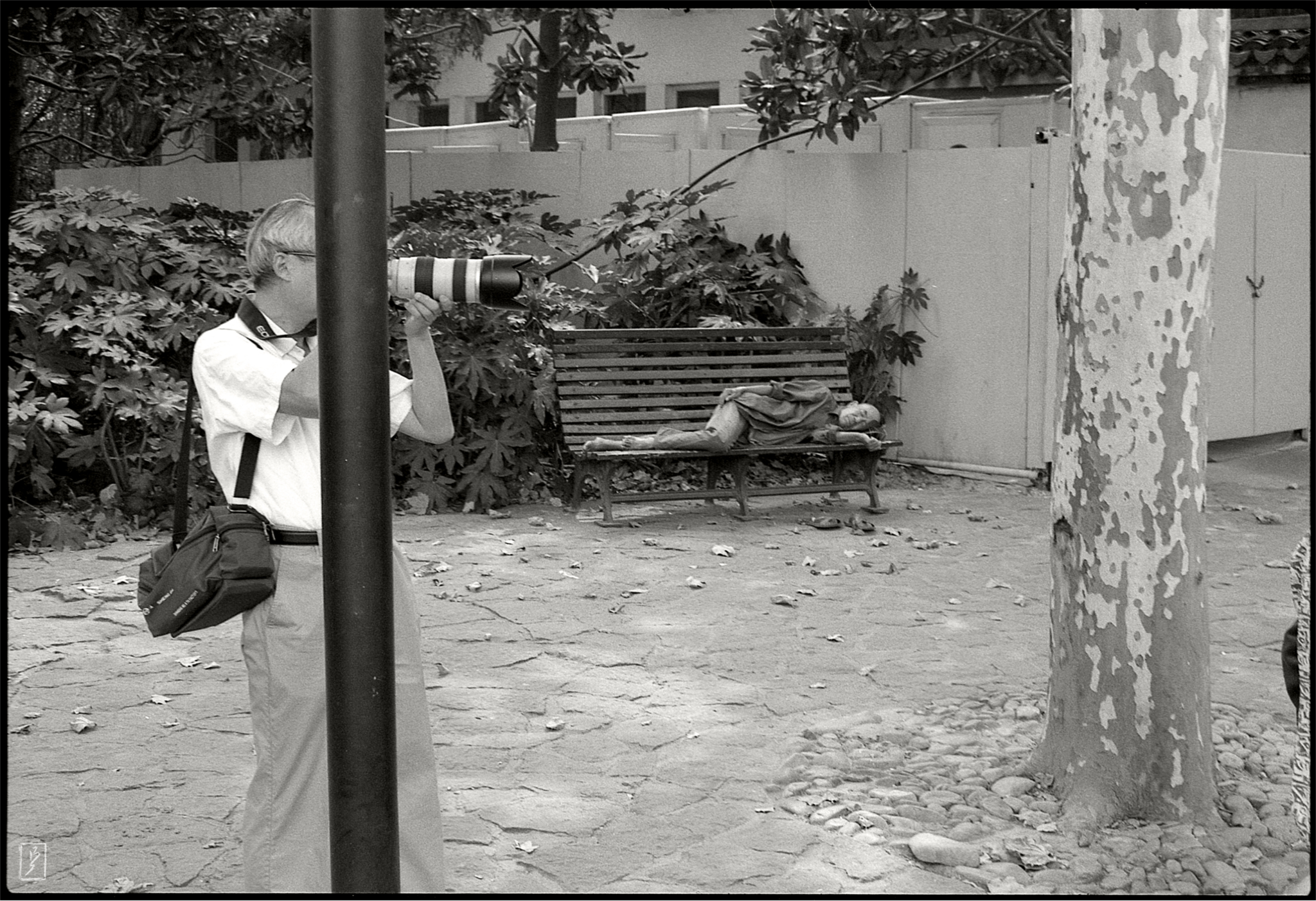 Lu Xun park (鲁迅公园): Photographer sporting a Canon and someone taking a nap on a bench.