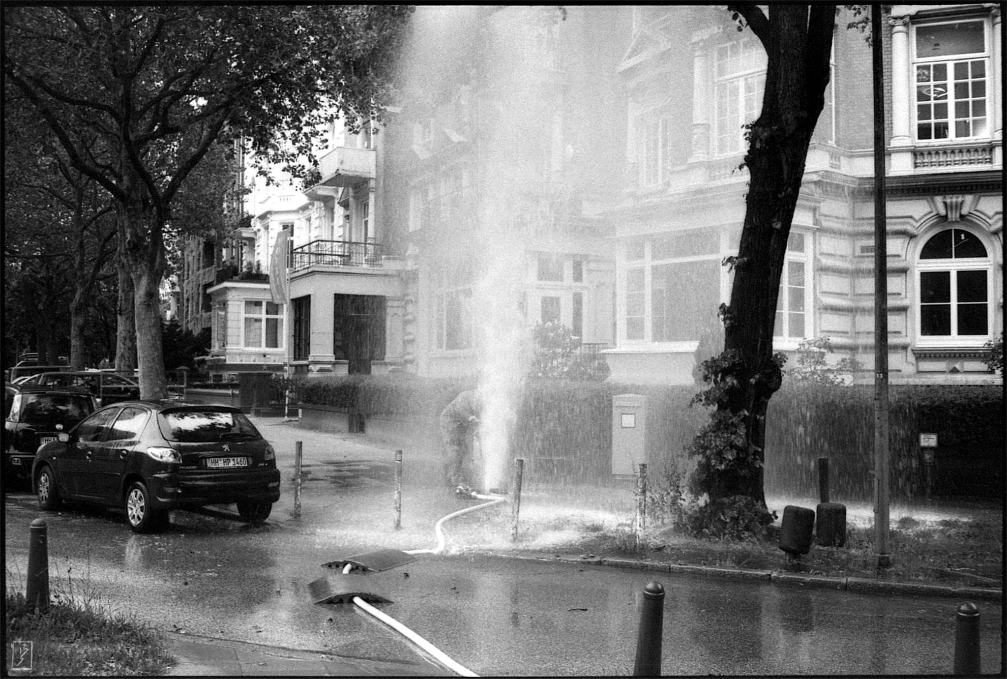 Worker trying to stop a leaking Hydrant on Schlüterstraße/Moorweidenstraße.