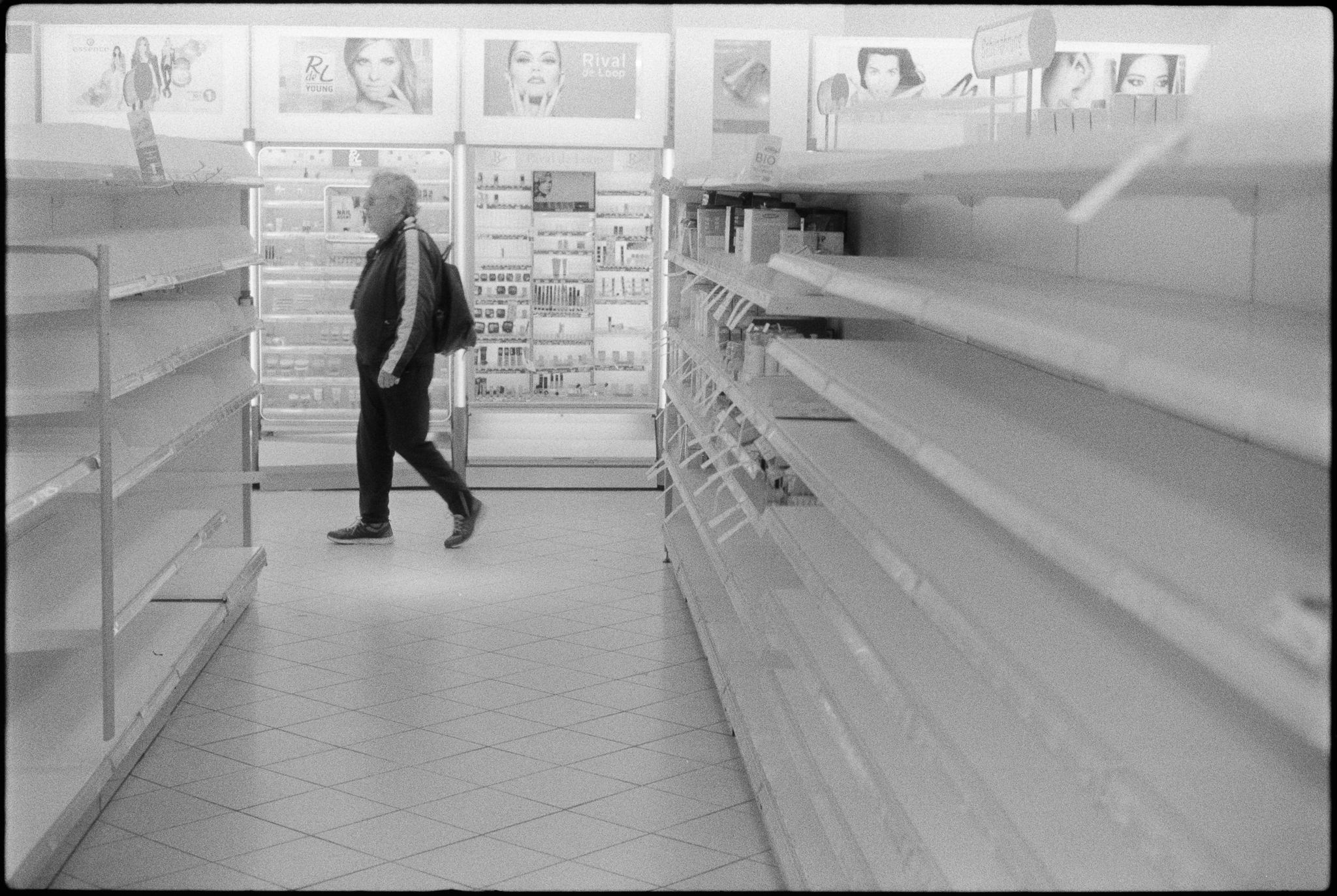 Some more empty shelves during a fire sale in the drugstore on Wandsbeker Marktstraße. (2)