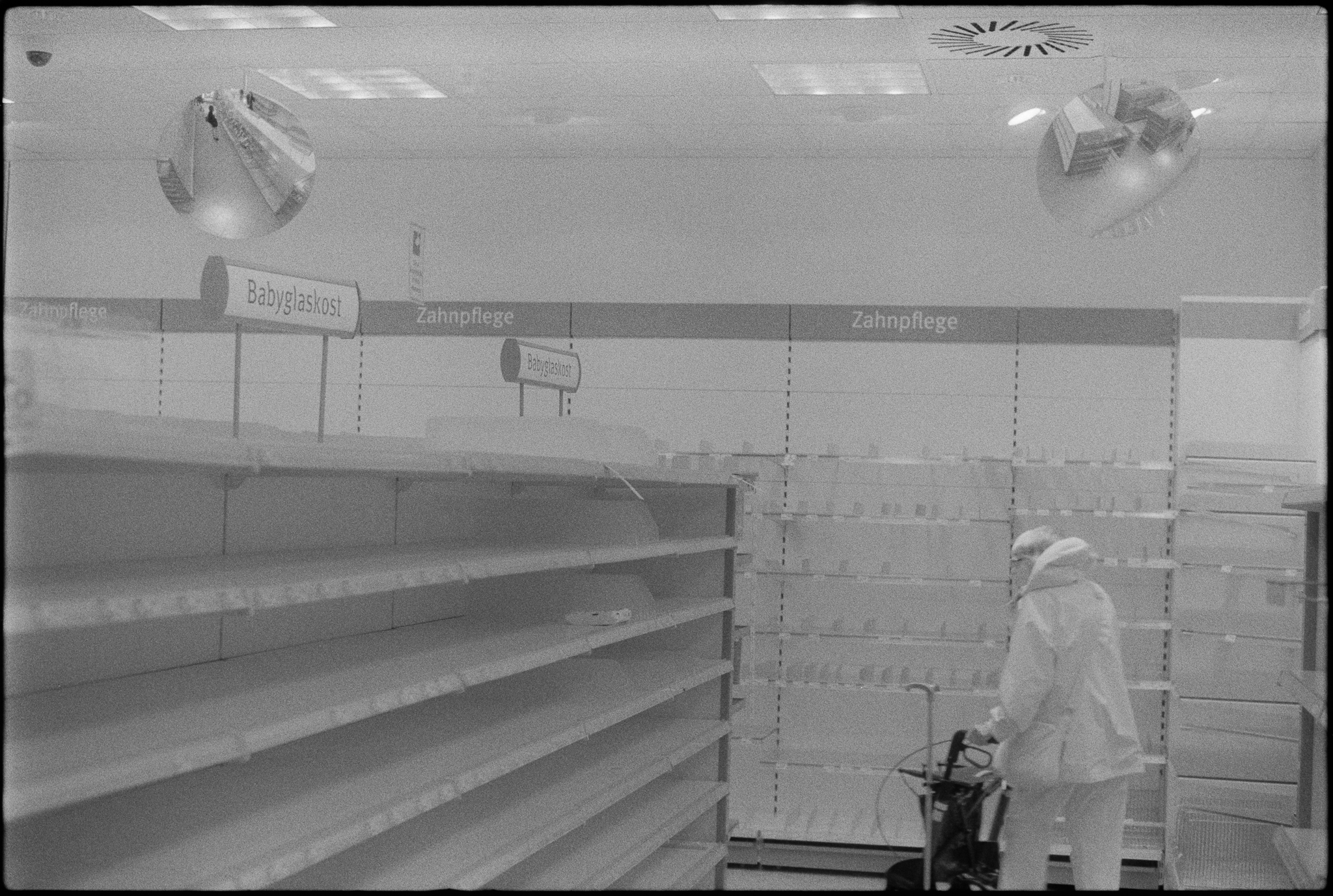 Even more empty shelves during a fire sale in the drugstore on Wandsbeker Marktstraße. (3)